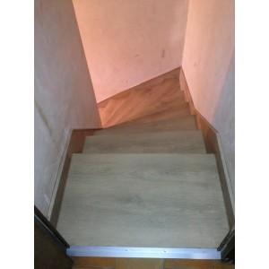 Planche chene blanchi dans un couloir le sol est for Plateau piscine flottant