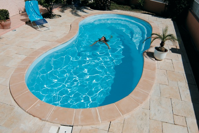 Coque piscine haricot autoporteuse for Piscine haricot